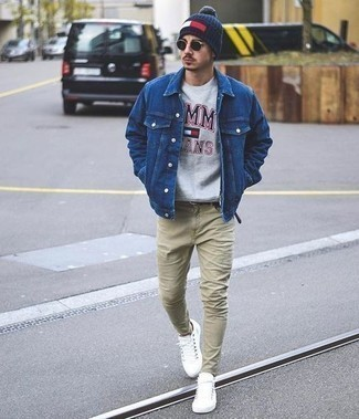 How to Wear White Low Top Sneakers For Men: A blue denim jacket and beige jeans combined together are a sartorial dream for those who prefer casual looks. Add white low top sneakers to your look and the whole outfit will come together perfectly.