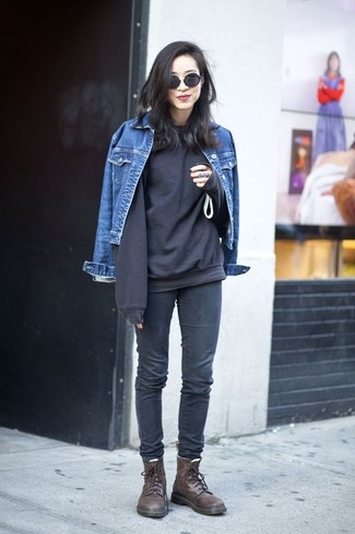How to wear: blue denim jacket, black sweatshirt, charcoal skinny jeans, dark brown leather lace-up flat boots