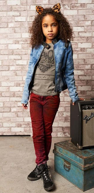 How to wear: blue denim jacket, grey print t-shirt, burgundy jeans, black sneakers