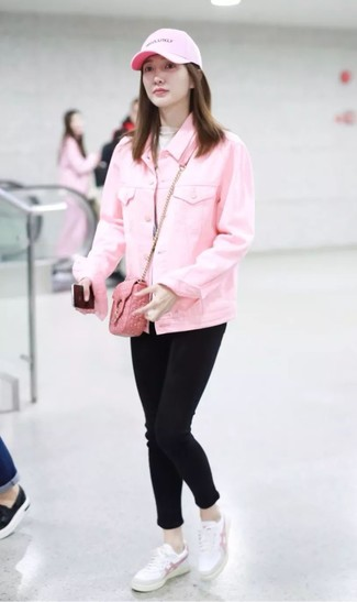 How to wear: pink denim jacket, beige turtleneck, black skinny jeans, white leather low top sneakers