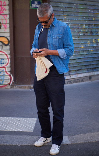 White and Black Canvas Low Top Sneakers Outfits For Men: A blue denim shirt and navy chinos? This is an easy-to-wear outfit that anyone could work on a day-to-day basis. The whole outfit comes together quite nicely if you add white and black canvas low top sneakers to the mix.