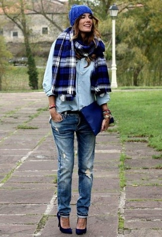 How to wear: light blue denim shirt, navy ripped skinny jeans, navy suede pumps, navy leather clutch