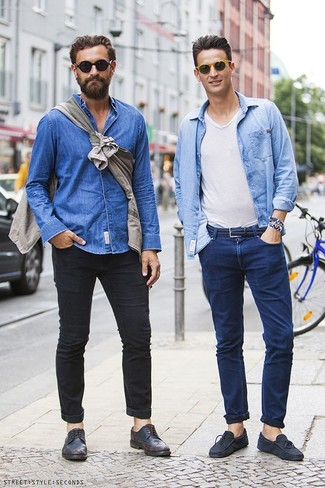 How to wear: light blue denim shirt, white v-neck t-shirt, navy jeans, navy suede driving shoes