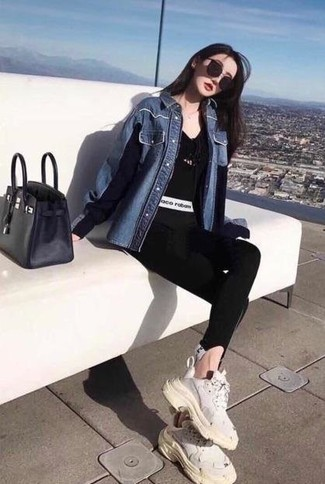 How to wear: blue denim shirt, black v-neck t-shirt, black leggings, white athletic shoes