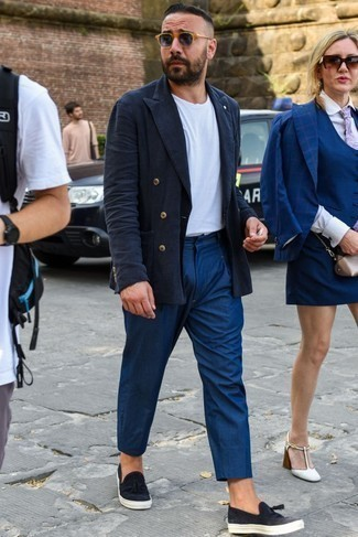 Men's Looks & Outfits: What To Wear Smart Casually: For an ensemble that's absolutely wow-worthy, consider pairing a navy linen double breasted blazer with navy chinos. Complete your look with a pair of black leather slip-on sneakers to easily dial up the street cred of your ensemble.