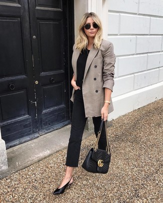 How to wear: brown plaid double breasted blazer, black crew-neck t-shirt, black jeans, black leather pumps