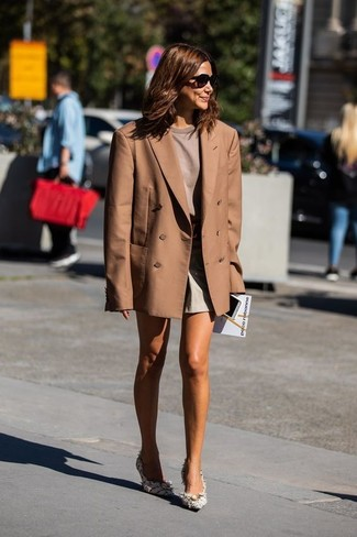 Shorts Outfits For Women: A brown double breasted blazer and shorts are a great pairing to keep in your daily styling lineup. Jazz up your outfit by rocking a pair of white tweed pumps.