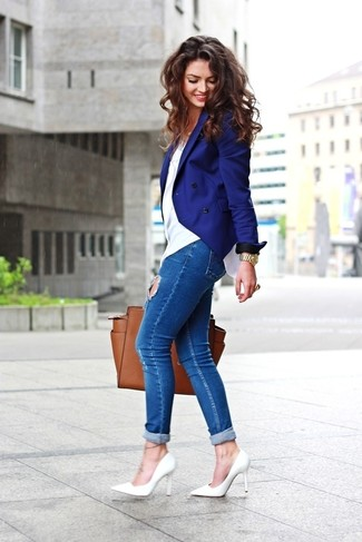How to wear: blue double breasted blazer, white crew-neck t-shirt, blue ripped skinny jeans, white leather pumps