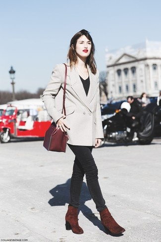 This combination of a nude double breasted blazer and black skinny jeans is perfect for off-duty occasions. Burgundy suede ankle boots will bring a classic aesthetic to the ensemble.