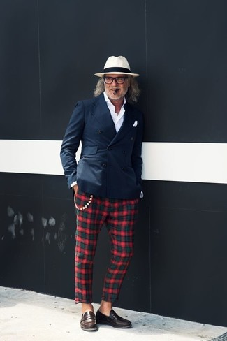 For an outfit that's nothing less than incredibly stylish, dress in a navy double breasted blazer and green and red plaid chinos. Dress down this getup with dark brown leather loafers. Is there a better pick for a warm weather afternoon?