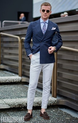 Jacket Outfits For Men: Such items as a jacket and white seersucker chinos are an easy way to introduce a dose of masculine refinement into your day-to-day collection. If you wish to easily dial up your look with a pair of shoes, why not complement this look with a pair of dark brown suede tassel loafers?