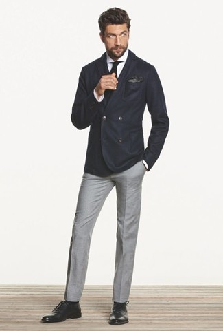How to Wear a Black Pocket Square: Go for a pared down but cool and casual option by putting together a navy double breasted blazer and a black pocket square. Let your sartorial expertise really shine by finishing off this ensemble with a pair of black leather oxford shoes.