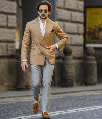 Navy Sunglasses Outfits For Men: Go for a tan double breasted blazer and navy sunglasses to pull together a razor-sharp and current off-duty outfit. To give your look a more sophisticated finish, add a pair of brown suede tassel loafers to this look.