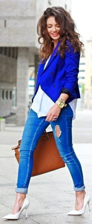 A blue double breasted blazer and blue distressed skinny jeans are a great outfit formula to have in your arsenal. Grab a pair of white leather pumps to instantly up the chic factor of any outfit. As the weather improves, it's time to  get rid of those bulky winter #['clothes', 'layers', 'gear'].sample} and choose something lighter, like this outfit here.