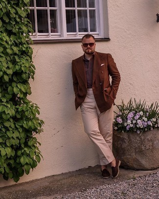 Men's Outfits 2021: Putting together a brown double breasted blazer and beige dress pants is a guaranteed way to inject masculine sophistication into your wardrobe. And if you want to immediately dial down this getup with one piece, introduce a pair of dark brown suede loafers to the mix.