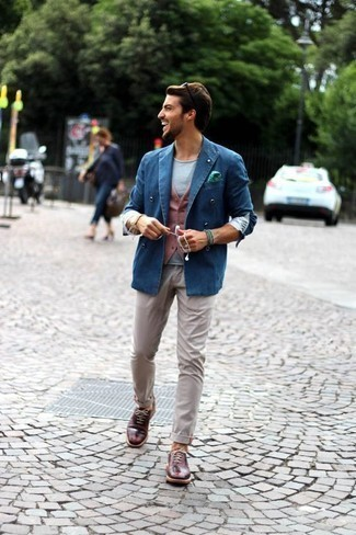 Men's Looks & Outfits: What To Wear In 2020: Pair a blue denim double breasted blazer with beige chinos to be the embodiment of masculine refinement. Finishing with burgundy leather oxford shoes is a guaranteed way to inject a touch of class into your ensemble.