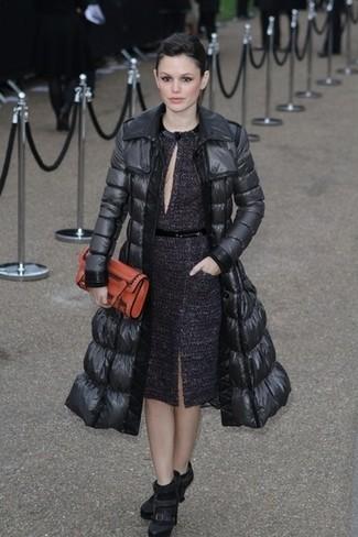 Doudoune longue noire robe fourreau pourpre fonce bottines noires large 22951
