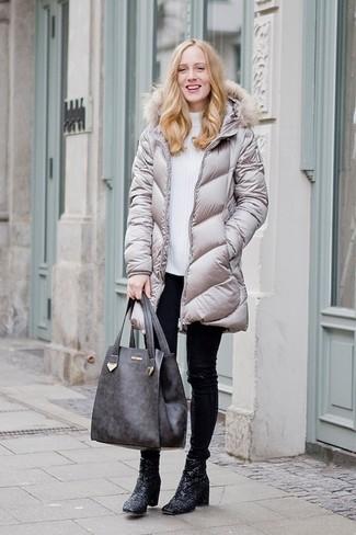 Associer une doudoune longue grise avec un pantalon slim en cuir noir femmes Helmut Lang est une option confortable pour faire des courses en ville. Apportez une touche d'élégance à votre tenue avec une paire de des bottines pailletées noires.