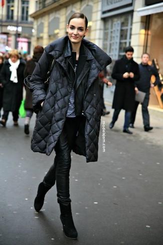 Pour créer une tenue idéale pour un déjeuner entre amis le week-end, opte pour un blazer noir avec un jean skinny en cuir noir. Rehausse cet ensemble avec une paire de des bottines en daim noires.