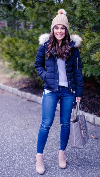 Comment porter: doudoune bleu marine, pull à col rond gris, jean skinny déchiré bleu, bottines en daim beiges