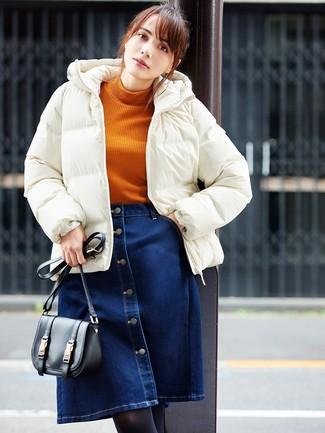 Comment porter: doudoune blanche, pull à col roulé en tricot orange, jupe boutonnée en denim bleu marine, sac bandoulière en cuir noir
