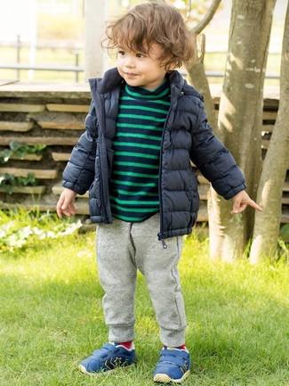 Comment porter: doudoune bleu marine, pull à rayures horizontales bleu marine, pantalon de jogging gris, baskets bleues