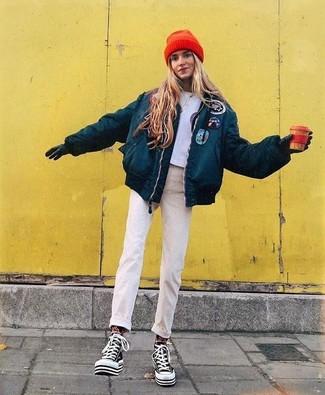 """Si tu es une fille plutôt """"jean t-shirt"""", tu vas aimer le combo simple d'une doudoune bleue canard et de gants en cuir noirs. D'une humeur audacieuse? Complète ta tenue avec une paire de des baskets montantes en toile noires et blanches."""