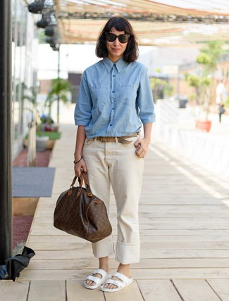 How to wear: light blue chambray dress shirt, beige jeans, white leather flat sandals, dark brown print leather duffle bag