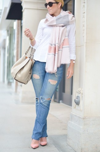 How to wear: white dress shirt, blue ripped jeans, pink suede pumps, beige leather tote bag
