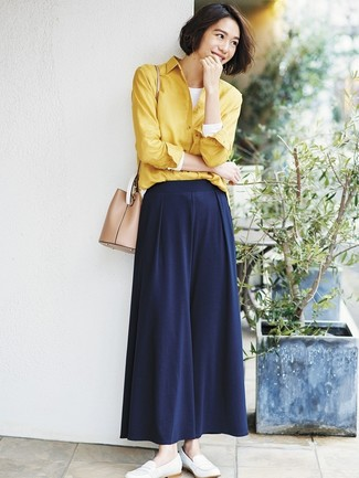 How to Wear Navy Wide Leg Pants: A yellow dress shirt and navy wide leg pants are an utterly stunning combination to try. Let your sartorial skills truly shine by finishing this getup with white leather loafers.