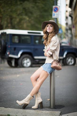 How to wear: beige dress shirt, light blue denim shorts, beige leather ankle boots, tan snake leather crossbody bag