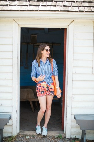 How to wear: blue vertical striped dress shirt, red floral shorts, white athletic shoes, orange leather tote bag