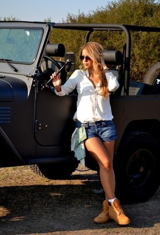 How to wear: white dress shirt, blue denim shorts, tan nubuck lace-up flat boots, dark brown sunglasses
