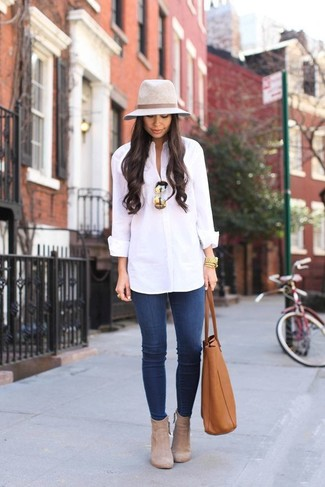 How to wear: white dress shirt, blue skinny jeans, beige suede ankle boots, tobacco leather tote bag