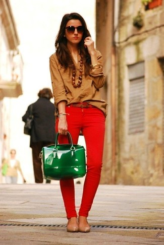 How to wear: brown dress shirt, red skinny jeans, tan leather ballerina shoes, green leather satchel bag