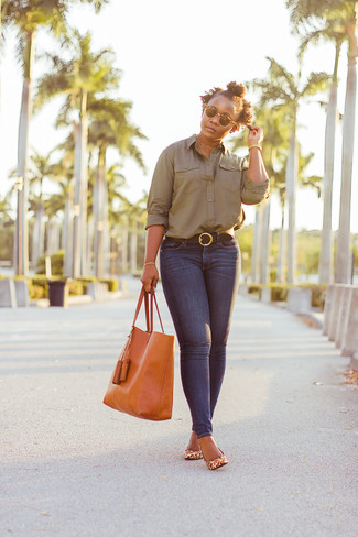 Orange Leather Tote Bag Outfits: Reach for an olive dress shirt and an orange leather tote bag if you want to look laid-back and cool without much effort. Not sure how to round off? Add tan leopard leather pumps to this outfit to amp up the glamour factor.