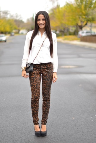 How to wear: white dress shirt, khaki leopard skinny jeans, black suede pumps, black quilted leather crossbody bag