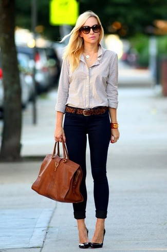 If you use a more casual approach to dressing up, why not dress in a cream gingham classic shirt and dark blue slim jeans? Balance this getup with black leather pumps. This outfit is the definition of perfect for when leaves change color and autumn is in the air.