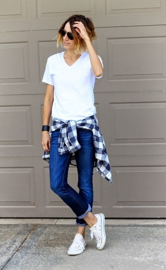 For functionality without the need tosacrifice on style, we lovethis combination of a v-neck t-shirt and blue slim jeans. White low top sneakers look amazing here. This one will play especially nice when spring comes.