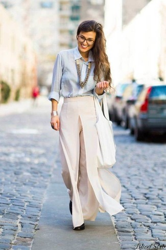 How to wear: light blue dress shirt, beige wide leg pants, black leather pumps, white leather tote bag