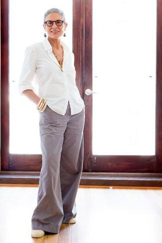 How to wear: white dress shirt, grey wide leg pants, beige slip-on sneakers, beige bracelet