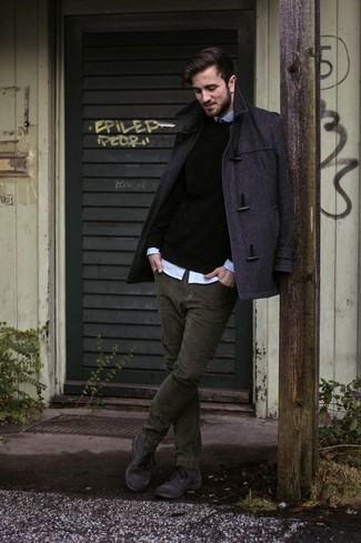 Tenue: Duffel-coat gris foncé, Pull à col rond noir, Chemise à manches longues bleu clair, Jean en velours côtelé olive