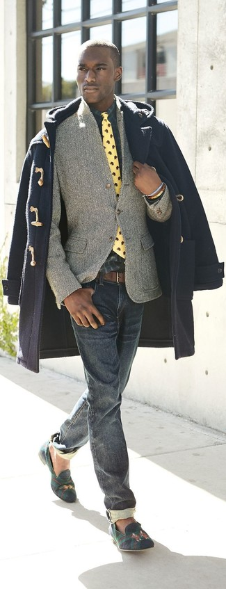 Dress in a navy duffle coat and navy jeans to look classy but not particularly formal. A pair of navy and green plaid suede loafers looks very appropriate here. It's is a great choice when it comes to a cool outfit that transitions easily into fall.