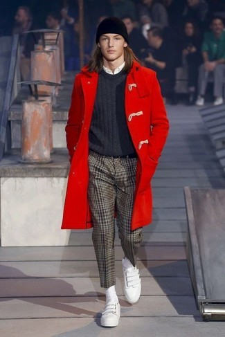 Make a red duffle coat and an Esprit men's Ribbed Beanie In Black your outfit choice for drinks after work. White leather slip-on sneakers will contrast beautifully against the rest of the look. An outfit like this makes it easy to embrace unpredictable transitional weather.