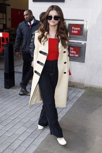 A duffle coat and black flare jeans are a great outfit formula to have in your arsenal. Rocking a pair of white leather pumps is a simple way to add some flair to your ensemble. This getup is a good choice come spring.