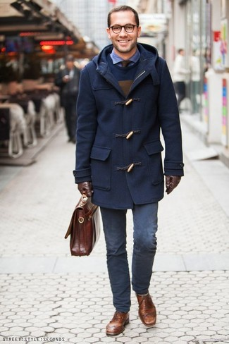 This smart casual combination of a navy duffle coat and navy chinos takes on different moods. When it comes to footwear, this look is finished off perfectly with brown leather brogues. A killer summer-to-fall getup like this one makes it very easy to welcome the new season.