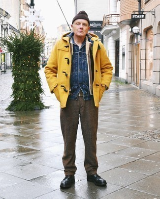 Mustard Duffle Coat Outfits For Men: The go-to for a killer and casually classy outfit? A mustard duffle coat with dark brown chinos. Introduce a pair of black leather casual boots to the equation et voila, the ensemble is complete.