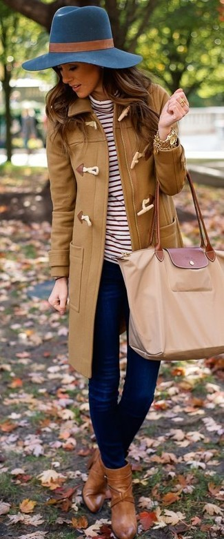 This combination of a duffel coat and navy slim jeans is extremely versatile and really up for any sort of adventure you may find yourself on. A cool pair of brown leather ankle boots is an easy way to upgrade your look. This combo is a savvy idea when spring arrives.