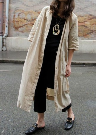 How to Wear Black Culottes: Nail the effortlessly stylish outfit in a tan duster coat and black culottes. Rounding off with a pair of black leather mules is an easy way to inject a hint of polish into this outfit.