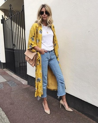 Light Blue Denim Culottes Outfits: A mustard floral duster coat and light blue denim culottes are the kind of a fail-safe casual getup that you need when you have no extra time to pull together an outfit. Balance out your getup with a sleeker kind of shoes, such as these beige suede pumps.